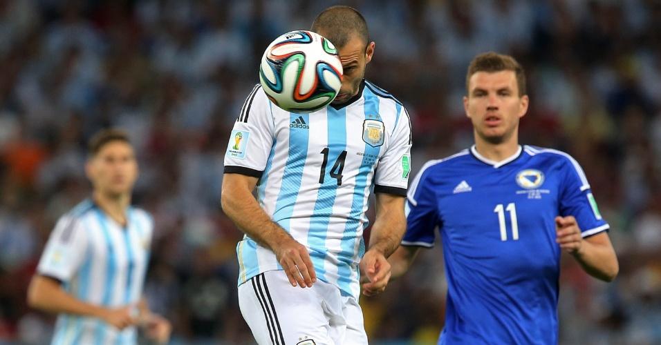Mascherano cabeceia a bola na estreia da Argentina na Copa, contra a Bósnia