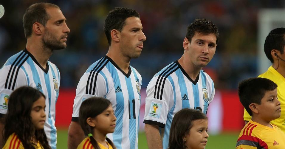 Messi aguarda o início da partida contra a Bósnia. O argentino marcou uma vez vez na vitória por 2 a 1