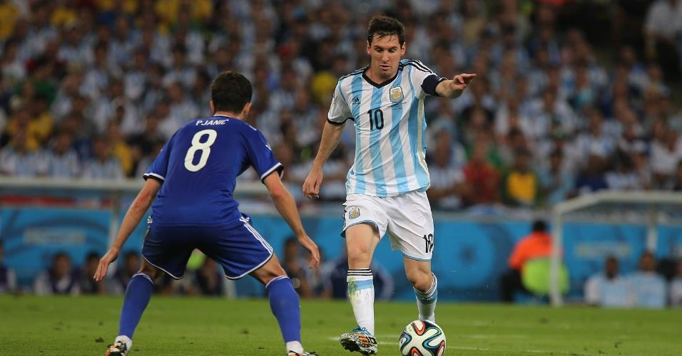 Messi cria jogada e orienta companheiros argentinos na estreia da Copa, contra a Bósnia, no Maracanã