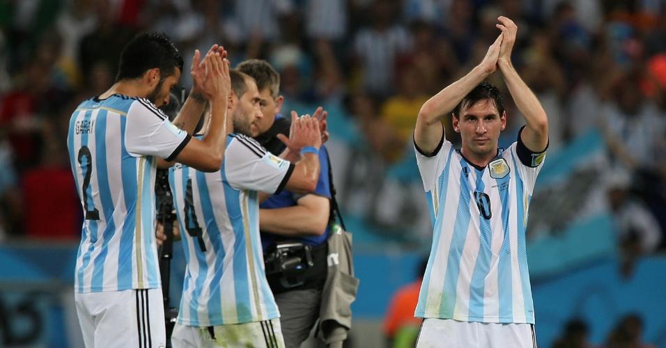 Messi e companheiros da seleção argentina agradecem à torcida após vencer a Bósnia por 2 a 1 no Maracanã