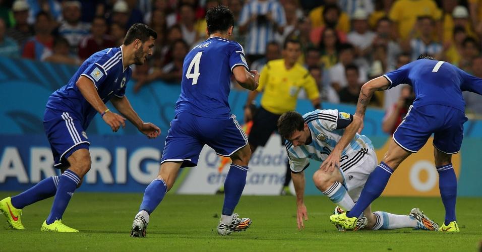 Messi é derrubado por bósnio na vitória argentina por 2 a 1 no Maracanã