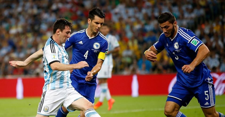 Messi encara marcação dupla da Bósnia-Herzegóvina na partida disputada no Maracanã