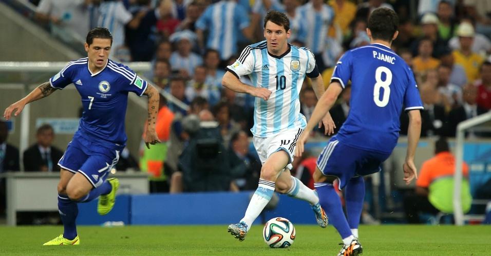 Messi encara marcação dupla na Bósnia durante a partida disputada no Maracanã