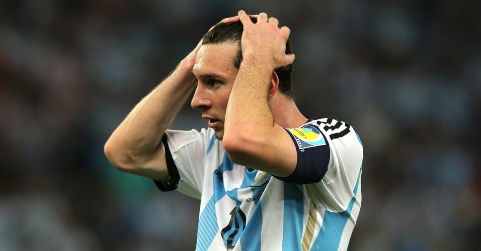 Messi lamenta oportunidade desperdiçada na partida contra a Bósnia, no Maracanã