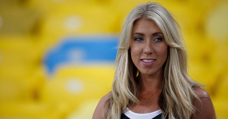 Nicolle Begovic, mulher do goleiro da Bósnia Asmir Begovic, acompanha treino da equipe no Maracanã