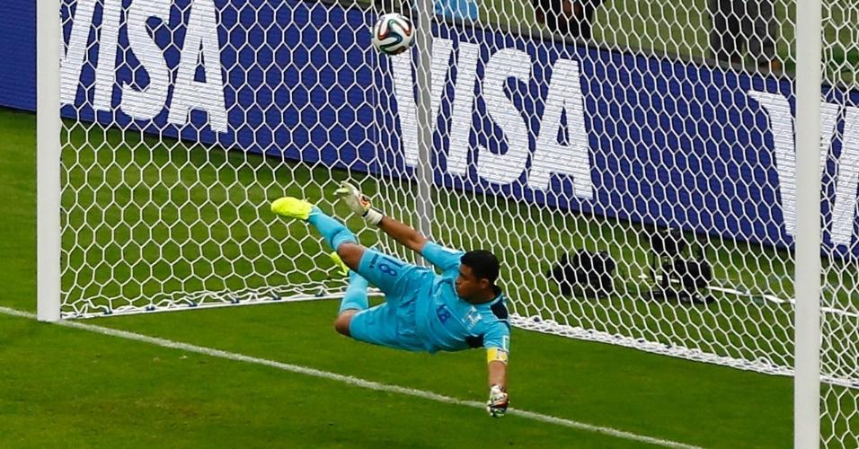 Noel Valladares, goleiro de Honduras, pula para o lado errado e o pênalti cobrado por Benzema se transforma em gol par a a França