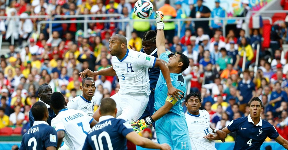 Noel Valladares, goleiro de Honduras, soca a bola e a tira da cabeça de Pogba, da França