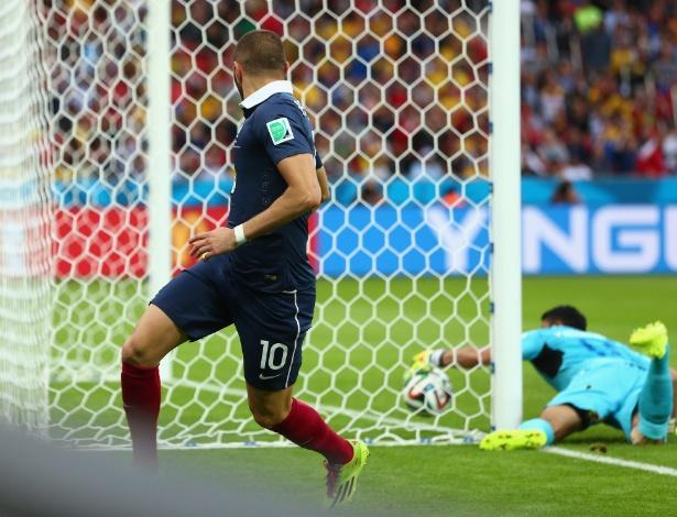 Noel Valladares tenta, mas não impede bola de entrar em seu gol; o 2° da França foi o primeiro validado na Copa com ajuda da tecnologia