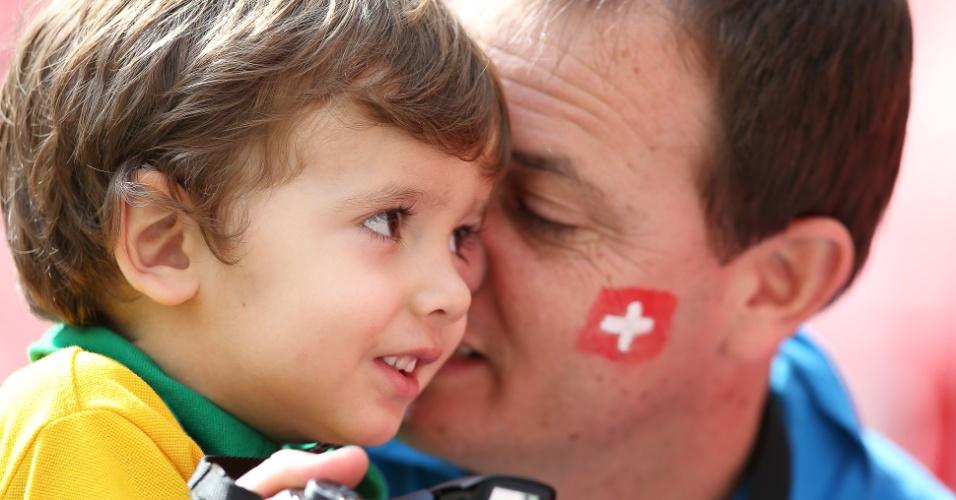 Pai e filho chegam ao Mané Garrincha para acompanhar Suíça x Equador