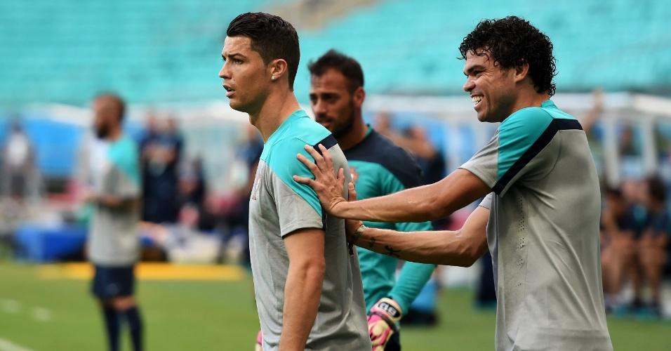 Pepe brinca com Cristiano Ronaldo durante treino de Portugal