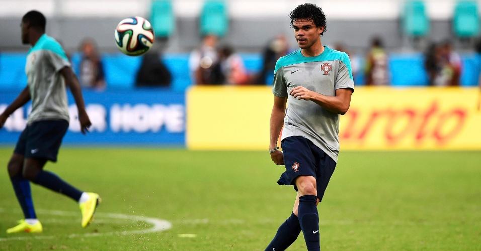 Pepe participa de trabalho com bola durante treino de Portugal na Arena Fonte Nova