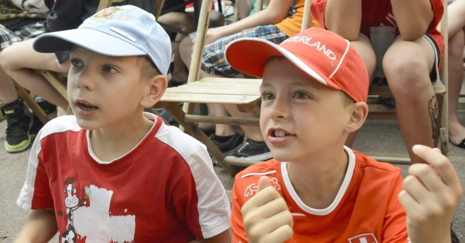 Pequenos suíços assistem à jogo da Suíça contra