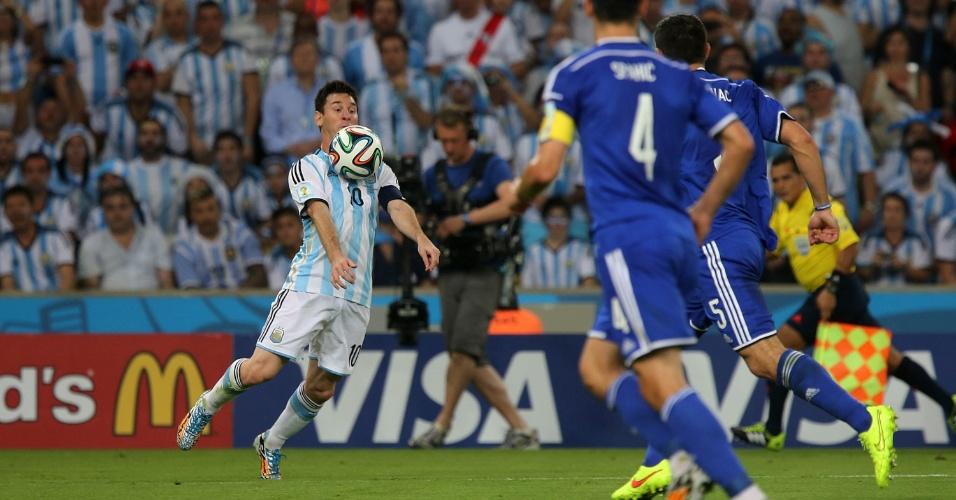 Principal astro da Argentina, Messi domina a bola na partida contra a Bósnia
