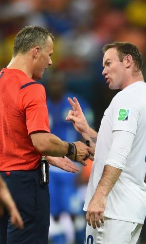 Rooney reclama com árbitro de Itália e Inglaterra