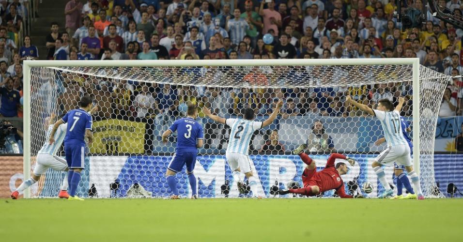 Sead Kolasinac faz gol contra e coloca a Argentina na frente do placar contra a Bósnia no Maracanã