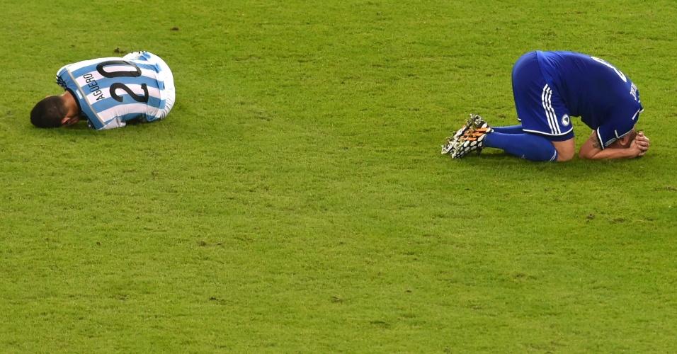 Sergio Aguero e Ermin Bicakcic ficam caídos no gramado do Maracanã durante a partida entre Argentina e Bósnia-Herzegóvina