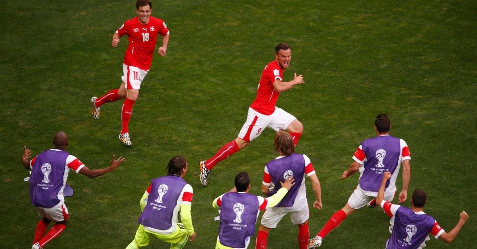 Suíços invadem gramado para comemorar segundo gol da seleção contra o Equador