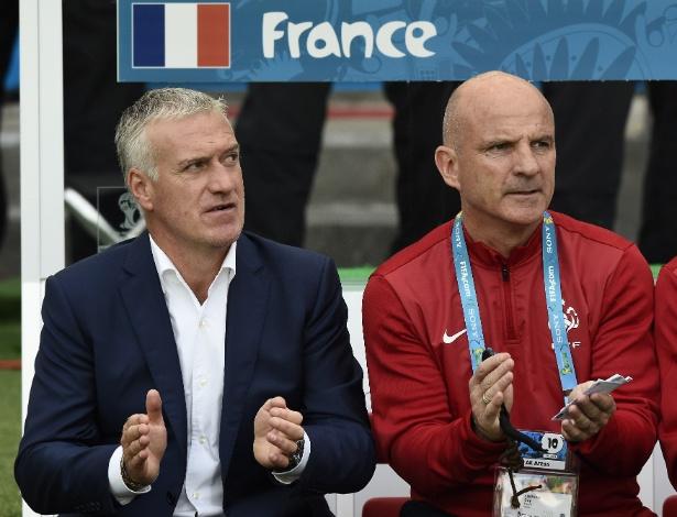 Técnico Didier Deschamps (e) aplaude time francês durante o duelo contra Honduras