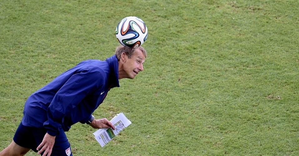 Técnico dos Estados Unidos, Juergen Klinsmann brinca com bola antes de treino na Arena das Dunas
