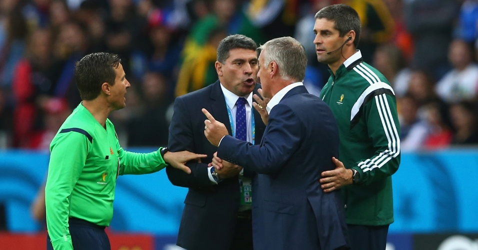 Técnicos Luiz Fernando Suarez, de Honduras, e Didier Deschamps, da França, discutam após o polêmico gol validado com ajuda da tecnologia