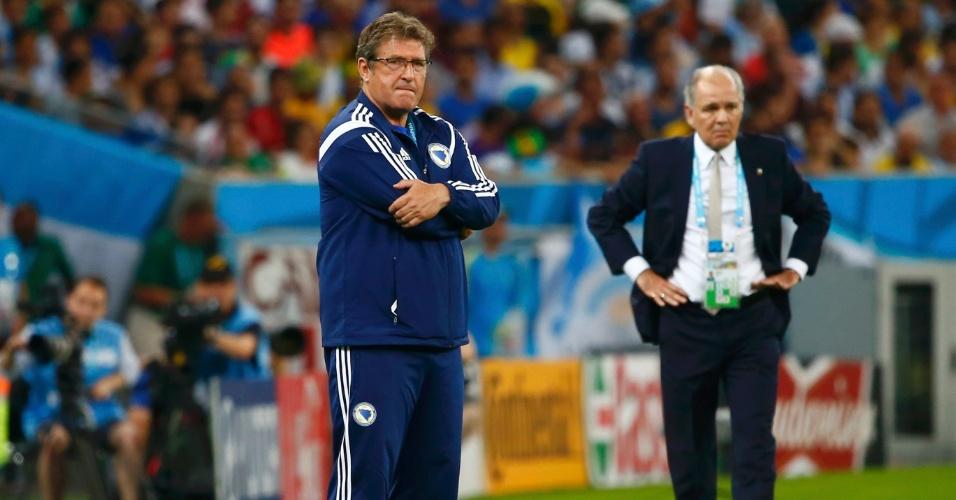 Técnicos Safet Susic e Alejandro Sabella observam a partida da Bósnia contra a Argentina no Maracanã