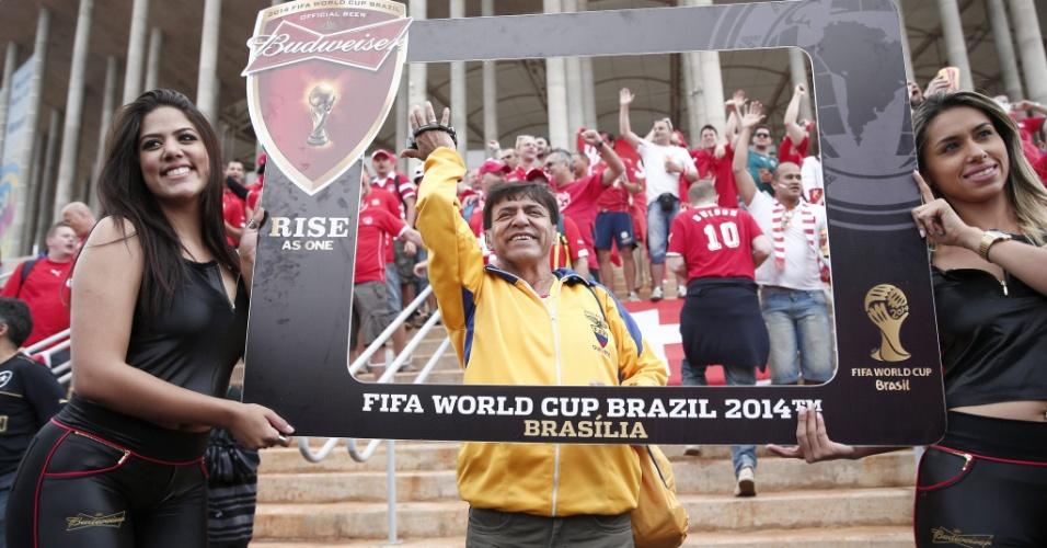 Torcedor equatoriano faz festa e posa para foto em frente ao estádio Mané Garrincha