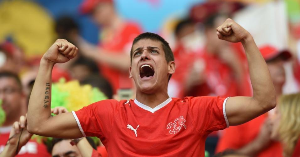 Torcedor suíço comparece ao estádio Mané Garrincha para a estreia contra o Equador