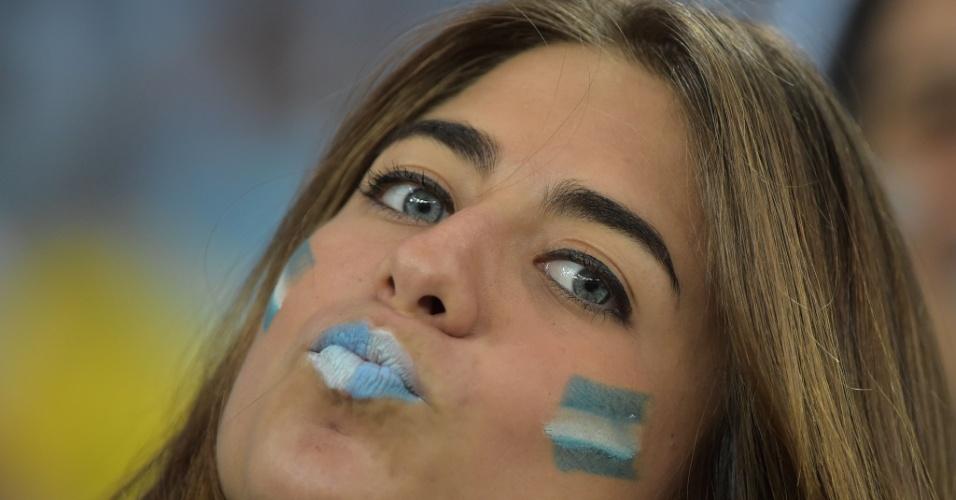 Torcedora argentina manda beijo no Maracanã antes da estreia contra a Bósnia