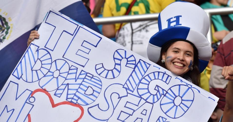 Torcedora de Honduras exibe cartaz com mensagem para a seleção antes de partida contra a França