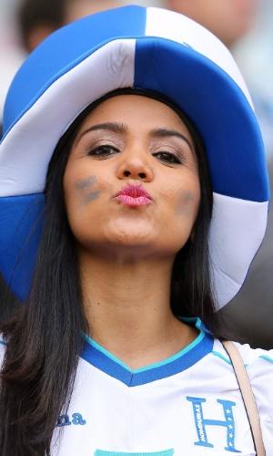 Torcedora faz pose e manda beijo para a câmera antes de partida entre França e Honduras, no Beira-Rio