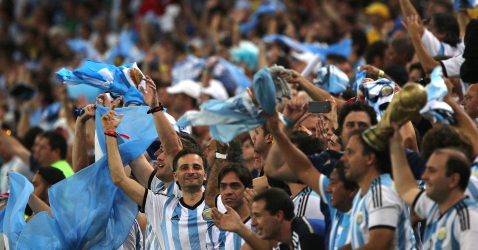 Torcedores argentinos fazem festa nas arquibancadas do Maracanã