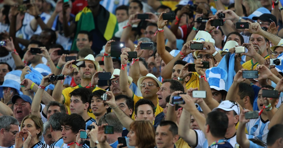 Torcedores argentinos tiram fotos da partida da seleção contra a Bósnia, no Maracanã