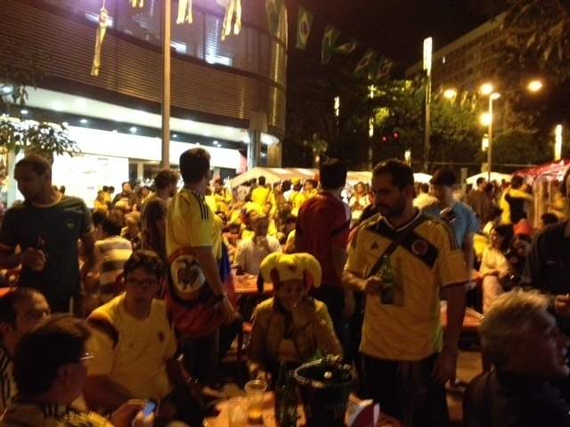 Torcedores da Colômbia lotam bar em Belo Horizonte para comemorar estreia na Copa