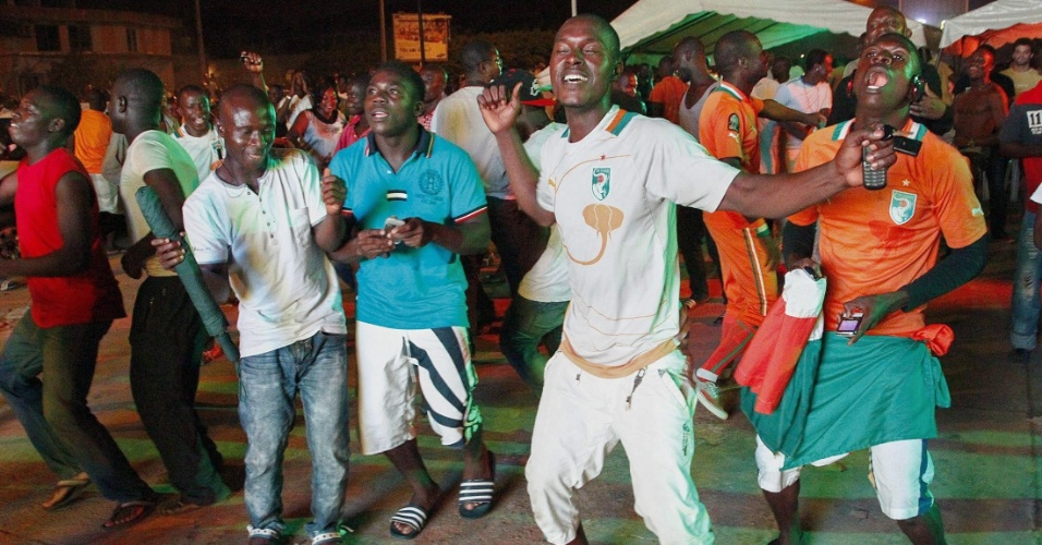 Torcedores da Costa do Marfim se divertem em Abidjan após vitória da seleção sobre o Japão
