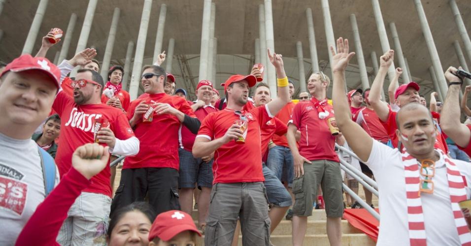 Torcedores da Suíça fazem festa na entrada do estádio Mané Garrincha antes da partida contra o Equador
