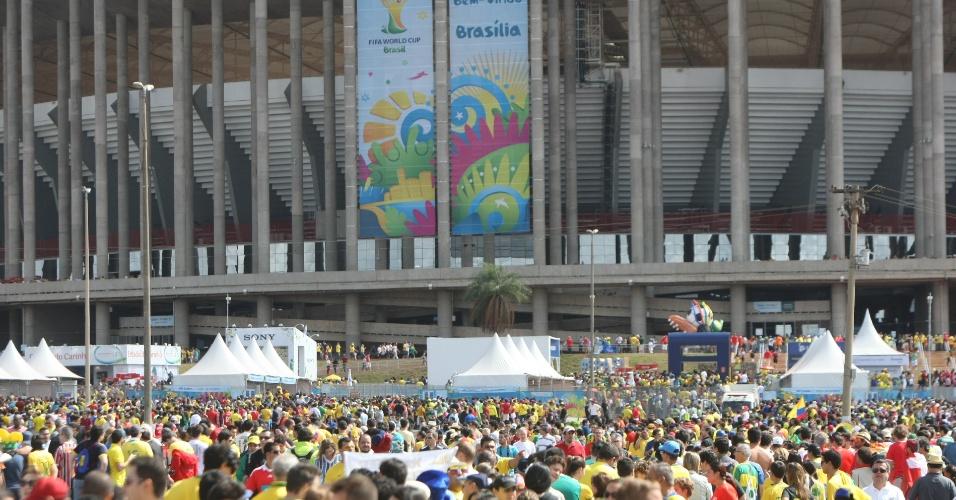 Torcedores de Suíça e Equador chegam ao estádio Mané Garrincha para estreia na Copa