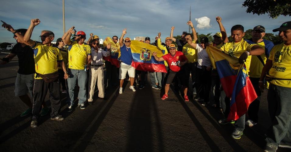 Torcedores do Equador chegam cedo ao estádio Mané Garrincha para a partida contra a Suíça