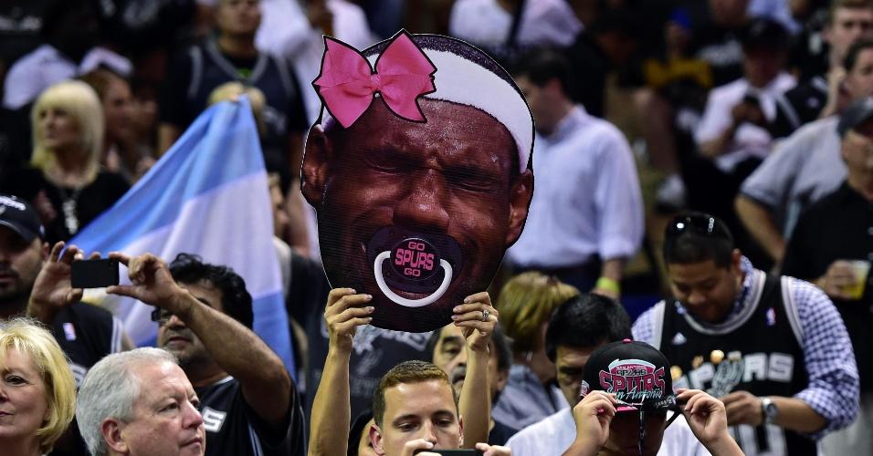 Torcedores do Spurs provocam o astro LeBron James com cartaz em San Antonio