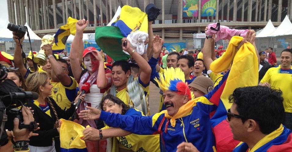 Torcedores equatorianos fazem festa em frente ao estádio Mané Garrincha horas antes do confronto contra a Suíça