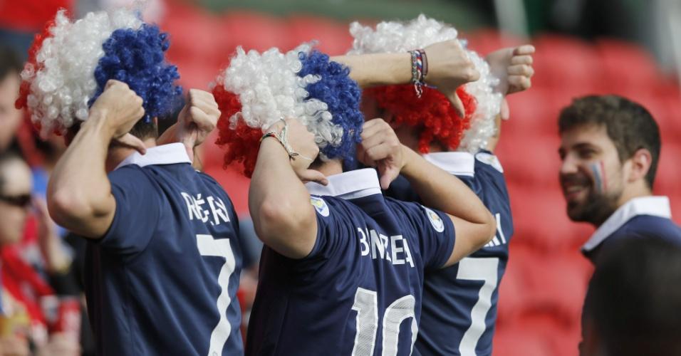 Torcedores franceses apontam para os nomes de Ribéry e Benzema em suas camisas