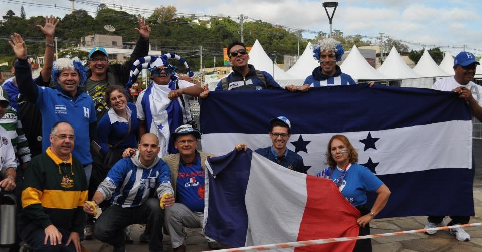 Torcedores hondurenhos e franceses confraternizam antes da partida entre as duas seleções, em Porto Alegre