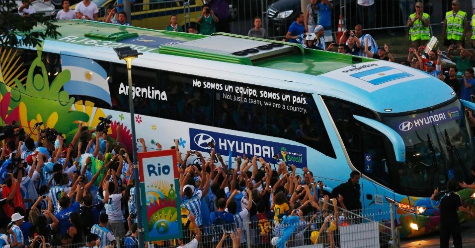 Torcedores saúdam a chegada do ônibus com a seleção argentina no Maracanã