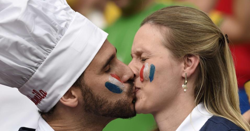 Torcedores se beijam no Beira-Rio antes da partida entre França e Honduras