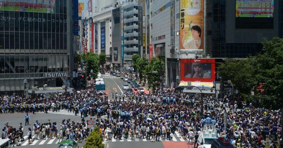 Torcedores se reúnem no cruzamento de Shibuya para assistir a partida entre Japão e Costa do Marfim
