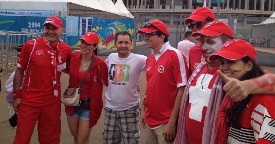 Torcedores suíços posam para fotos em frente ao estádio Mané Garrincha antes da abertura dos portões