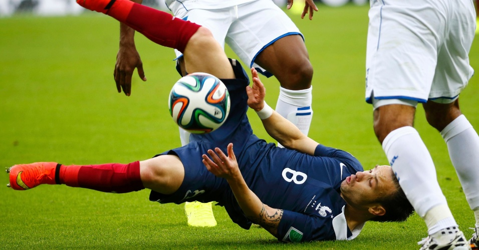 Valbuena cai no meio de dois jogadores de Honduras durante o duelo no Beira Rio