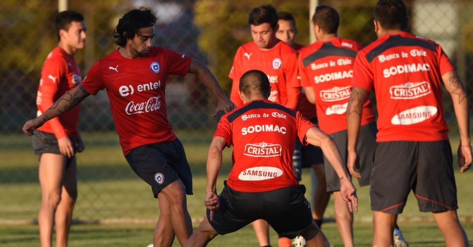 Valdivia participa de treino com bola da seleção do Chile no CT Toca da Raposa 2, em Belo Horizonte