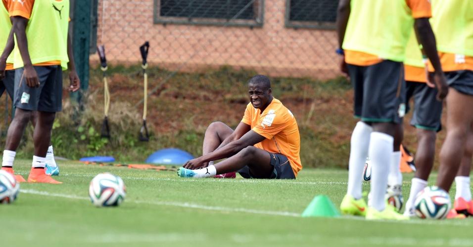 Yaya Toure faz cara de dor em treino da Costa do Marfim em Águas de Lindóia