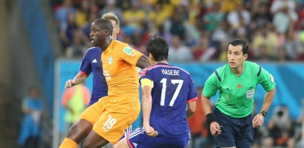 Yaya Toure jogou contra Honda na Copa do Mundo de 2014, no Brasil, e agora pode ser companheiro do japonês - EFE/EPA/SRDJAN SUKI