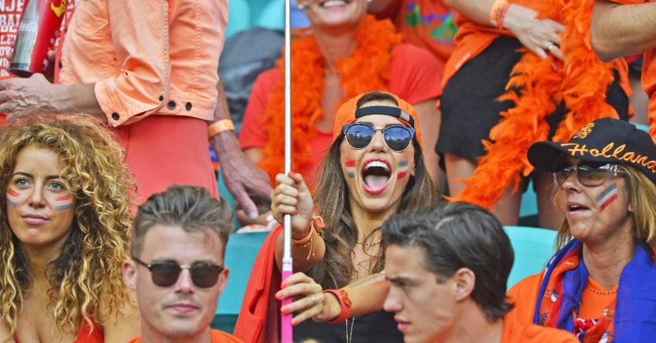 Yolanthe Sneijder mostra empolgação na arquibancada, acompanhando o marido, Wesley Sneidjer e a seleção holandesa contra a Espanha, na Arena Fonte Nova